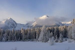 Заснеженные горы, привлекающие экстремалов