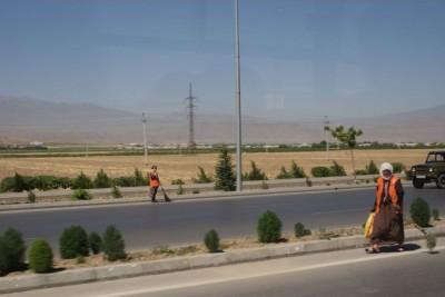 В Ашхабаде очень чистые дороги, благодаря этим работницам