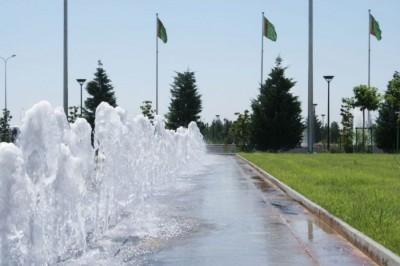 В 40 градусную жару такие фонтаны повсюду спасают жизнь