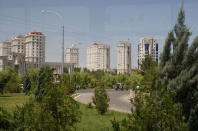 В таких недорогих, но современных многоэтажных домах живут простые туркмены