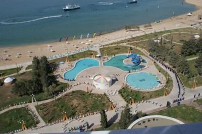 Панорамный вид на пляж и небольшой парк отдыха