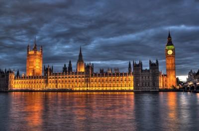 Невероятно преображает здание парламента ночью