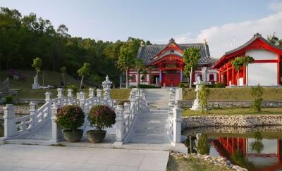 Красивый буддистский храм в  зеленой долине