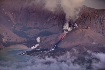 Снятый с высоты кратер активного вулкана в Индонезии