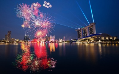 Одни из самых красивых салютов зажигают в Сингапуре