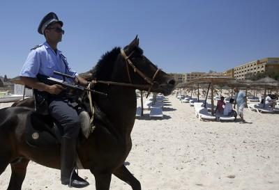 Покой туристов всегда бдят вооруженные полицейские на лошадях