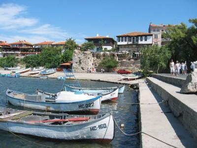 На причале всегда есть лодки, которые можно арендовать для рыбалки или катания