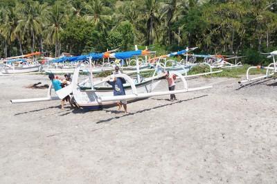 Лодки спускают на воду - готовятся к приходу туристов