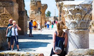 Туристы охотно фотографируются на фоне древних руин