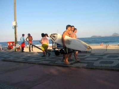Высокие волны - рай для серферов