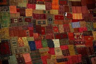 Широкий выбор ковров представлен на местном базаре