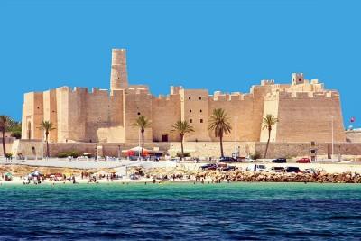 Большая туристов приезжает в Тунис чтобы загорать и купаться