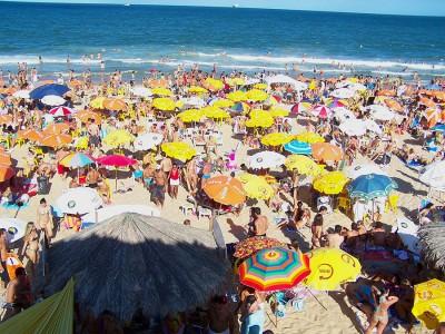 В жаркую погоду бывает сложно найти свободный кусочек пляжа