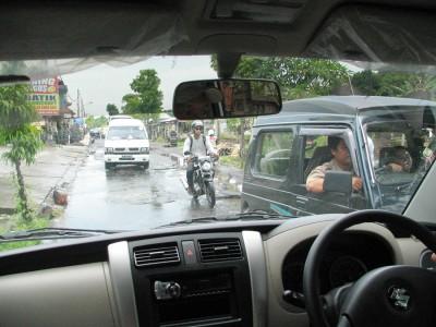 Движение на Бали левостороннее, а сами дороги весьма узкие