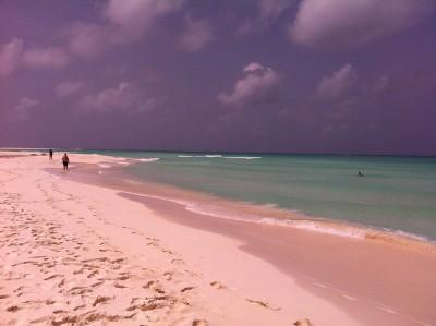 На отдаленной части пляжа можно найти тишину и уединение