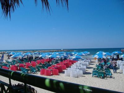 Люди на пляже появляются ближе к полудню