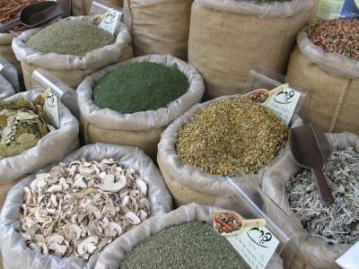 Ассортимент сушеных овощей и приправ на рынке Израиля