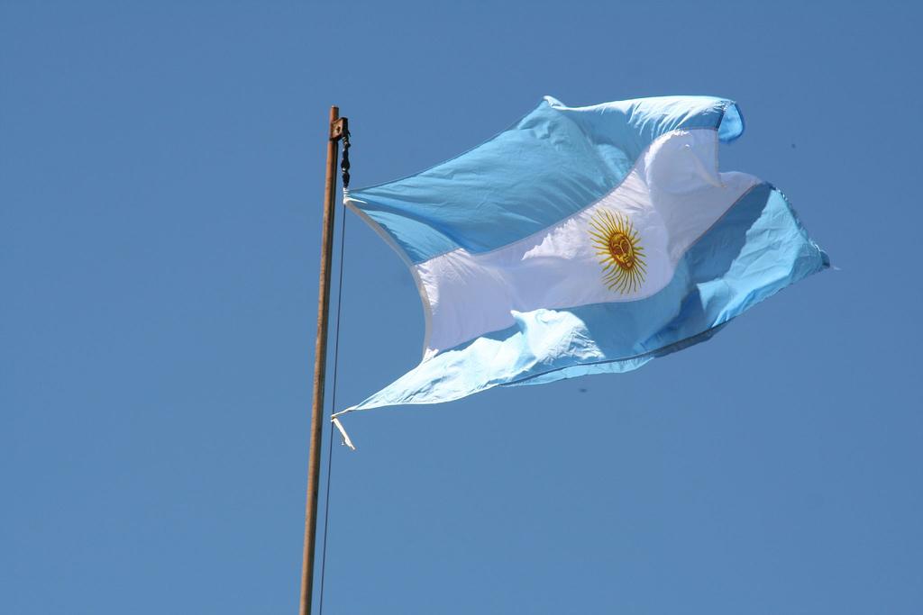 Аргентинский флаг в сине-белых полосах