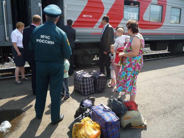 Прибытие поездом вынужденных переселенцев