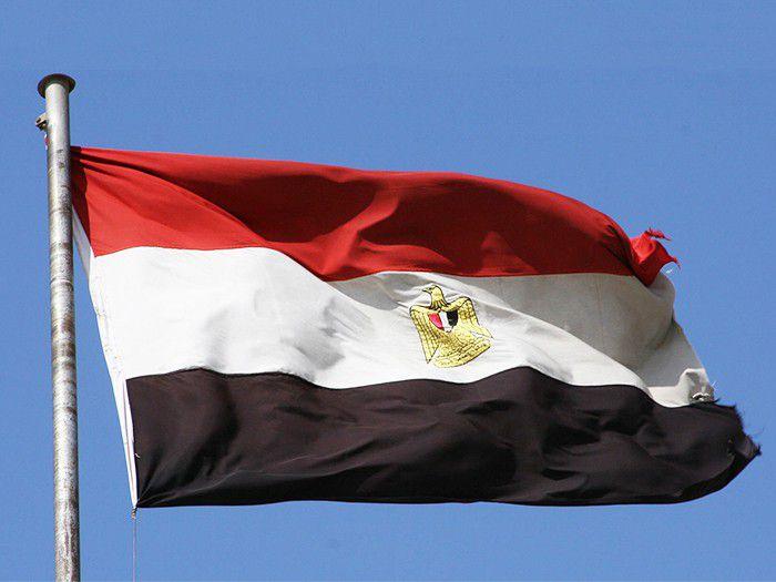 Египетский флаг на фоне голубого неба