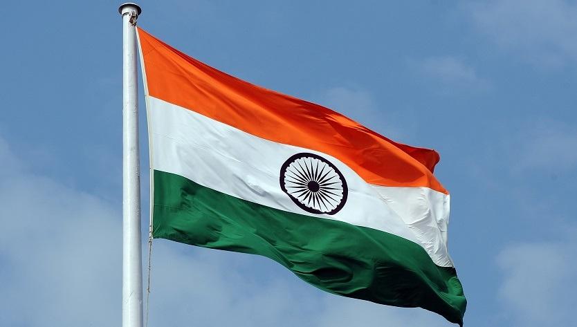 Флаг Индии на фоне красивых неба