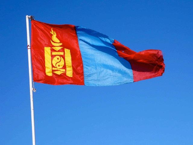 Флаг Монголии на фоне ясного неба