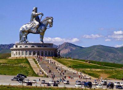 Огромный монумент Чингисхану