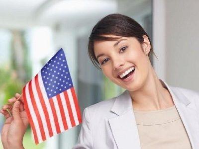 Улыбающаяся девушка с флажком США