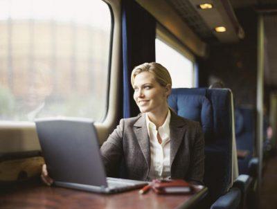 Бизнес-леди едет в командировку в люксовом вагоне