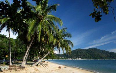 Небоскребы столицы Куала-Лумпур соседствуют с первозданными пляжами Калимантана