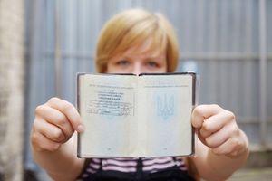 Женщина с паспортом