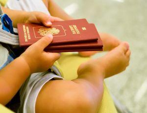 Ребенок с паспортами