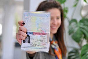 Девушка с паспортом