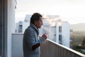 сосед курит на балконе