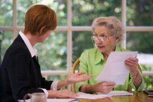 Пожилой человек с документами