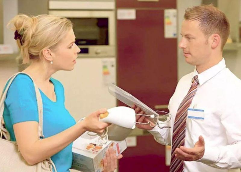 Продавец и клиент в магазине