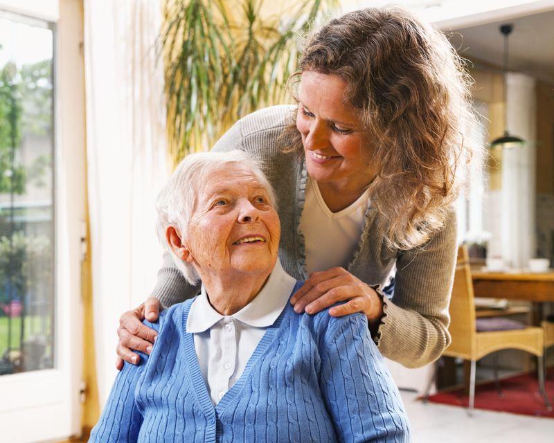Пожилая женщина с дочерью