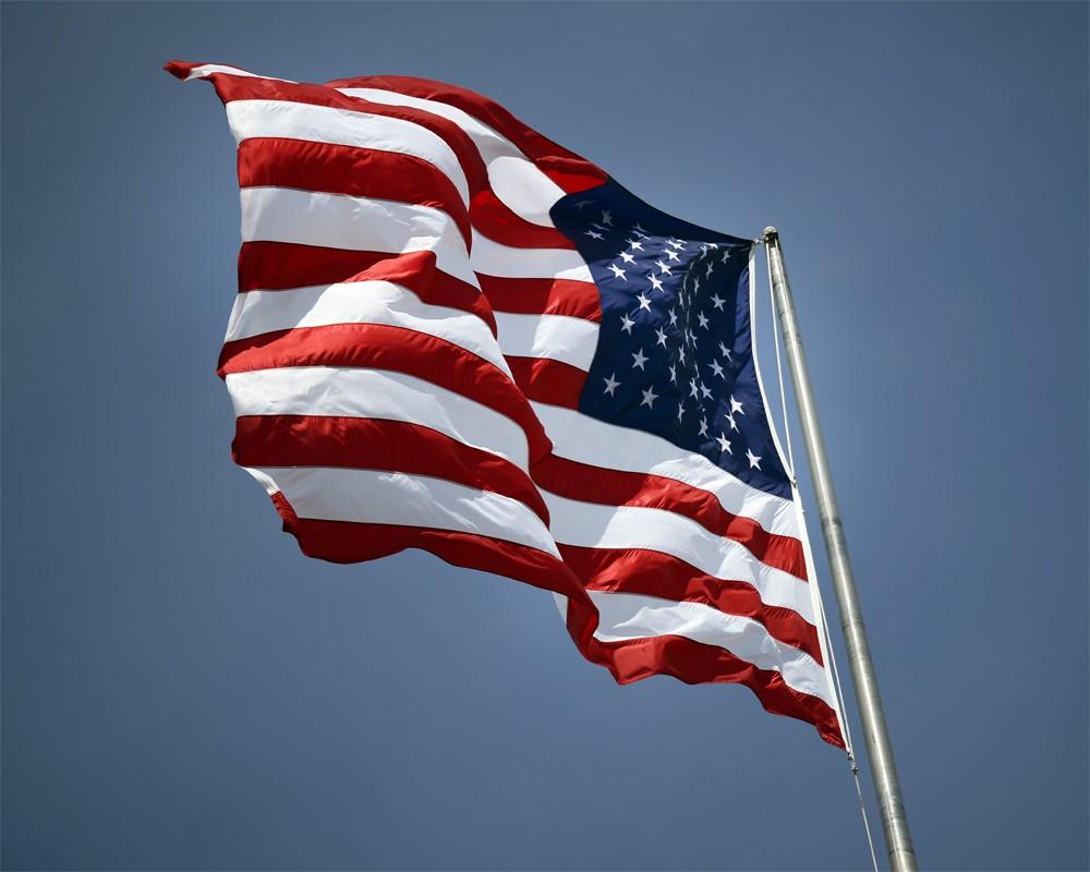 Американский флаг на фоне неба